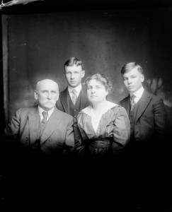 cammann and william duke with mother and father 1917